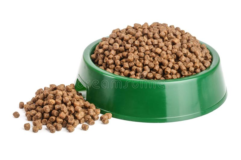 Comida de gato seca na bacia isolada no fundo branco imagem de stock royalty free
