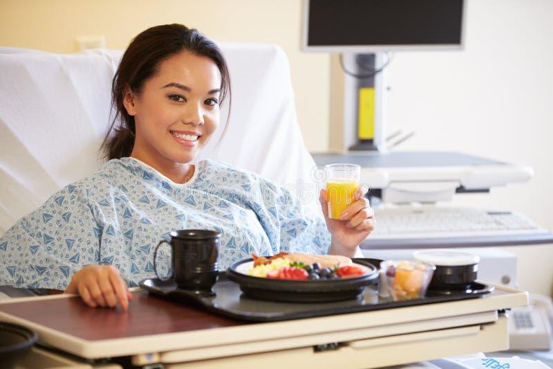 Comida de goce paciente femenina en cama de hospital fotografía de archivo