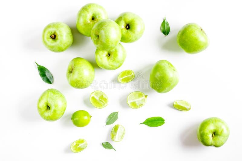 Comida de la aptitud con las manzanas verdes en la opinión superior del fondo blanco fotografía de archivo