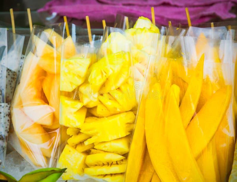 Comida de la calle de Tailandia incluyendo el cantalupo, la piña y el mango i foto de archivo