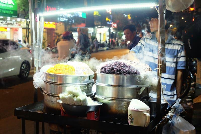 Comida de la calle en el mercado de la noche imágenes de archivo libres de regalías