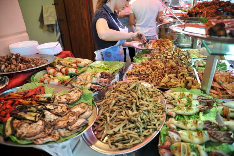 Comida de la calle en Palermo, Italia con las gambas, los calamares, los pulpos y los pescados de atún imagen de archivo libre de regalías