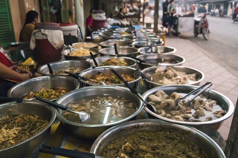 Comida de la calle de Luang Prabang en el mercado callejero de la mañana en el centro de la ciudad de Luang Prabang imagen de archivo