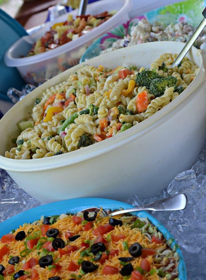 Comida de la comida campestre del Potluck fotos de archivo