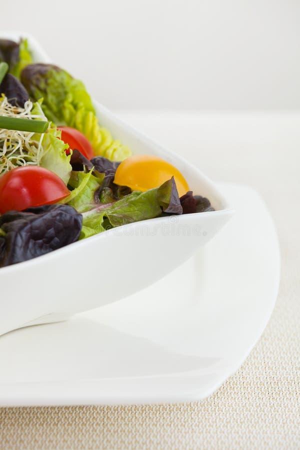 Comida de la ensalada en un tazón de fuente blanco fotos de archivo