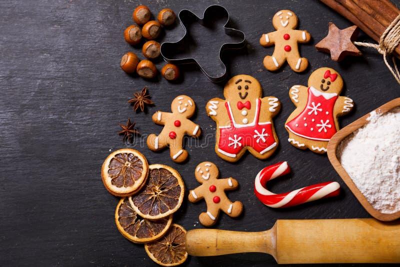 Comida de la Navidad Galletas del pan de jengibre con los ingredientes para el christm fotografía de archivo