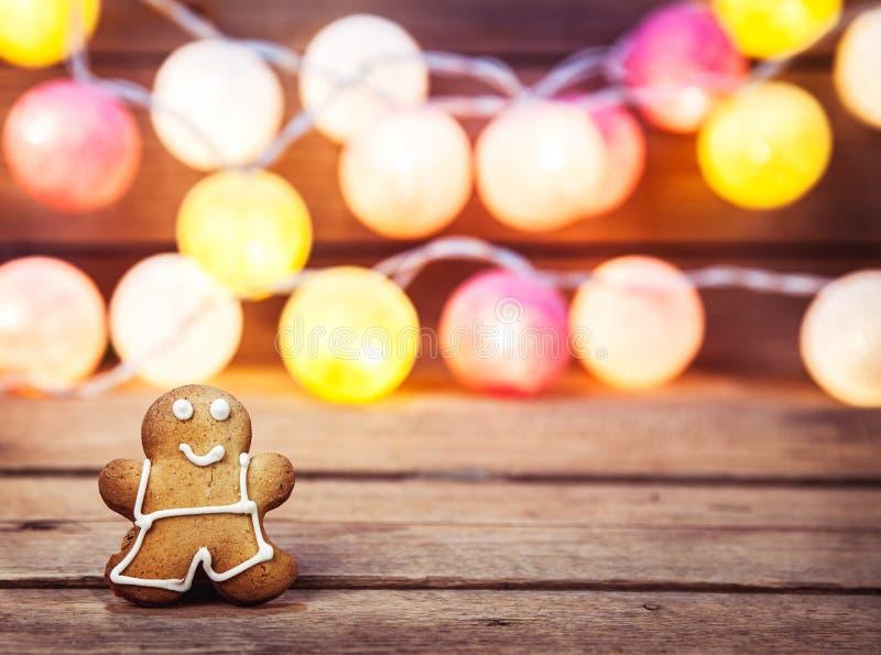 Comida de la Navidad, hombre de pan de jengibre en un fondo de madera guirnalda por el Año Nuevo imagen de archivo libre de regalías