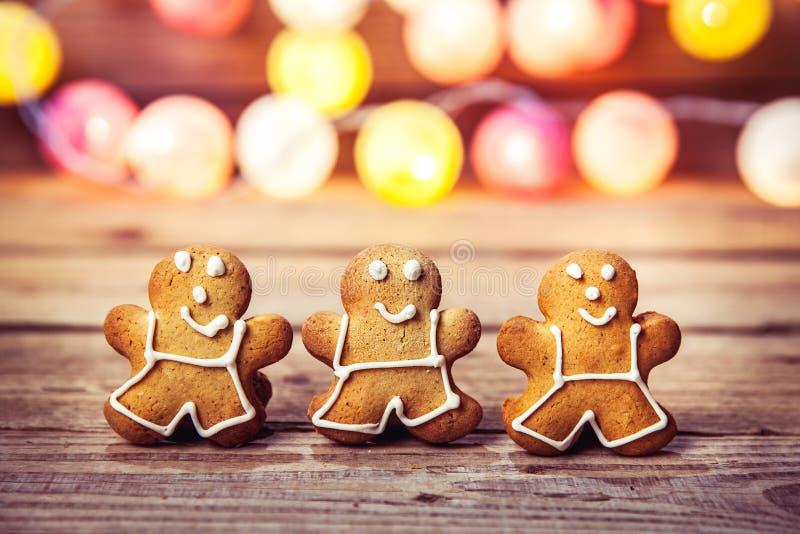 Comida de la Navidad, hombre de pan de jengibre en un fondo de madera guirnalda por el Año Nuevo fotos de archivo libres de regalías