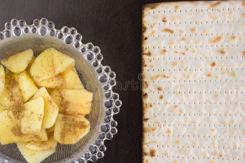Comida de la pascua judía del matzo y de charoses imagenes de archivo