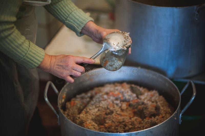 Comida de la porción de la cocina en refugio para personas sin techo fotografía de archivo libre de regalías