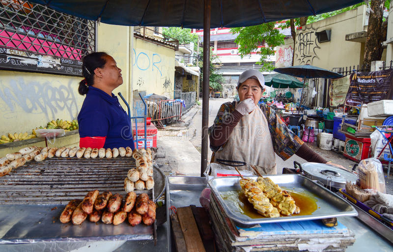 Comida de la venta de los vendedores en la calle en Bangkok imágenes de archivo libres de regalías