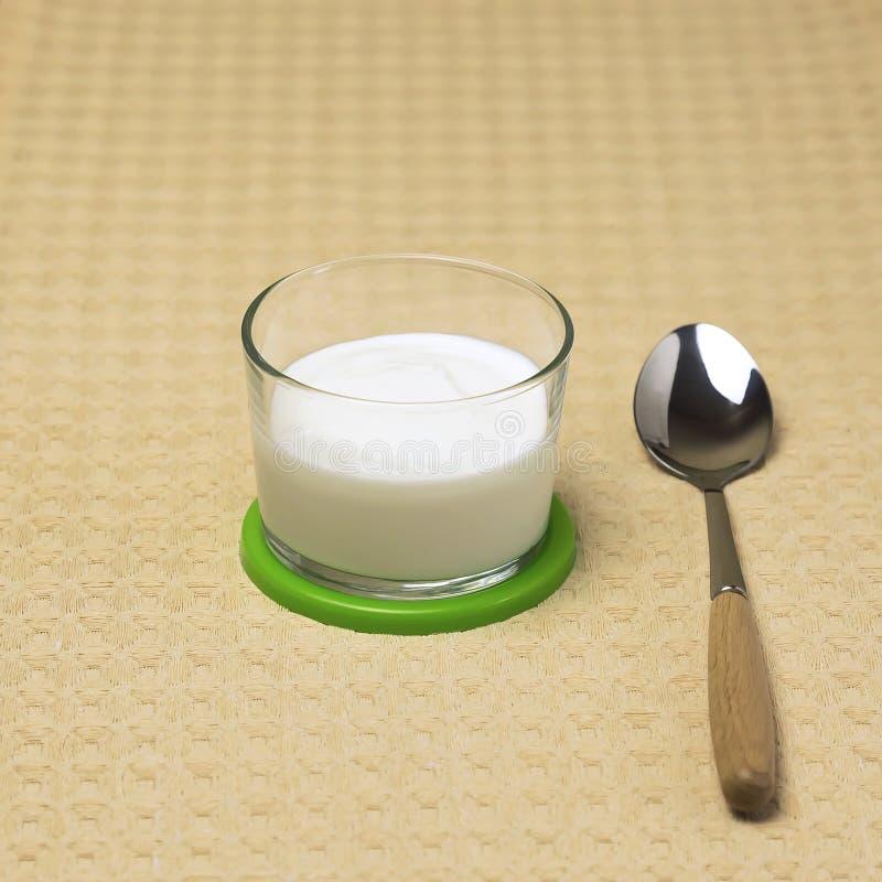 Comida, comida de la vitamina de la dieta sana Producto de la proteína de leche con lactosa Yogur cremoso natural en una taza de  imagen de archivo libre de regalías