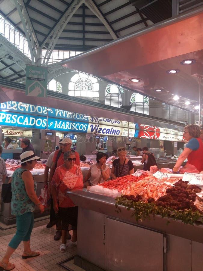 Comida de las compras de Valencia del mercado central bying imagen de archivo libre de regalías