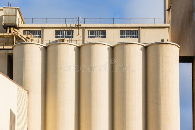Comida de los silos de grano de la fábrica que cultiva la producción imagenes de archivo