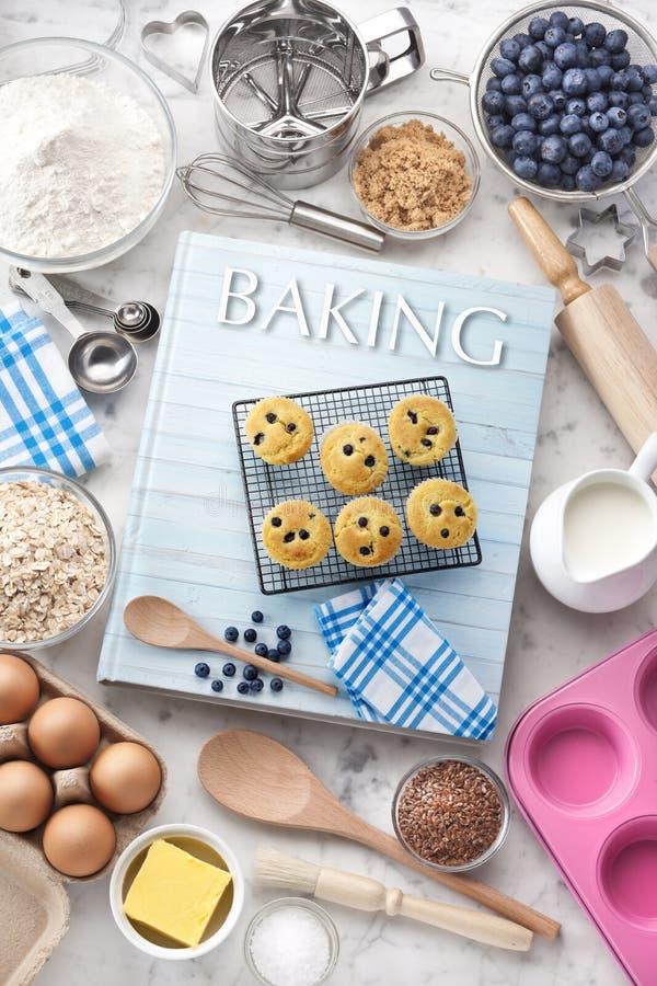 Comida de los utensilios de los ingredientes del libro de cocina de la hornada foto de archivo