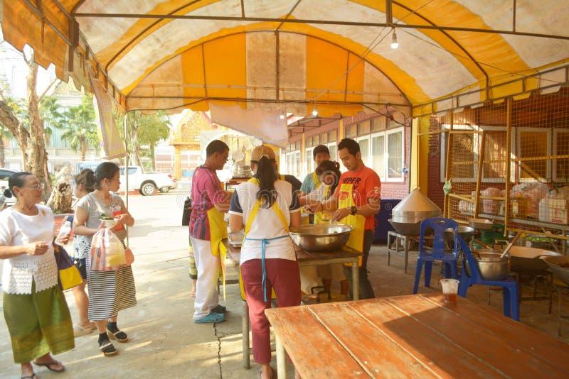 Comida de Offerring a la gente en el monasterio cantado Tha fotografía de archivo