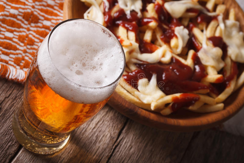Comida de Quebec: cerveza y patatas con el primer de la salsa horizontal fotos de archivo libres de regalías