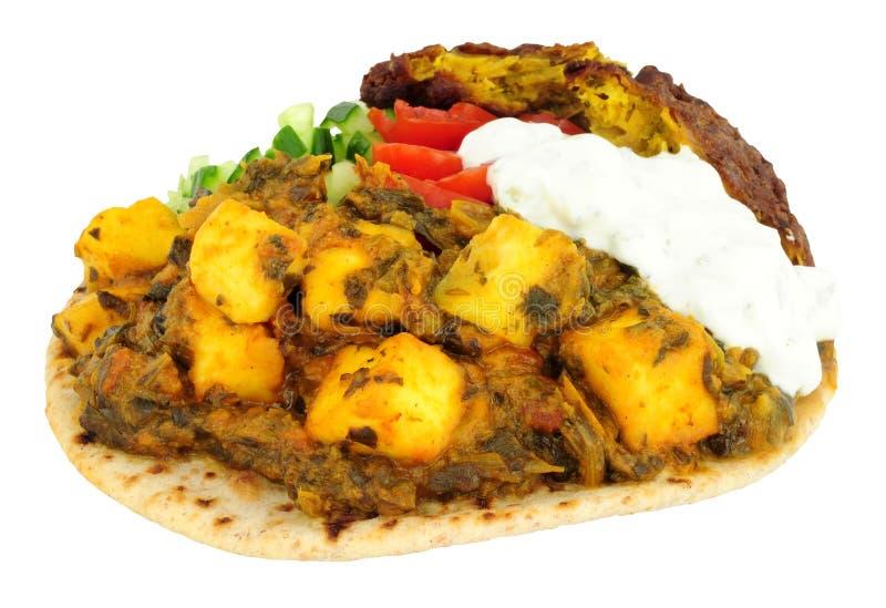 Comida de Saag Paneer del indio en un Flatbread del chapati fotografía de archivo libre de regalías
