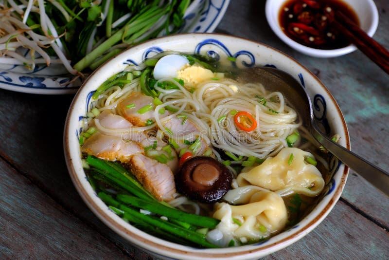 Comida de Vietnam, sopa de fideos del huevo con wontons fotografía de archivo
