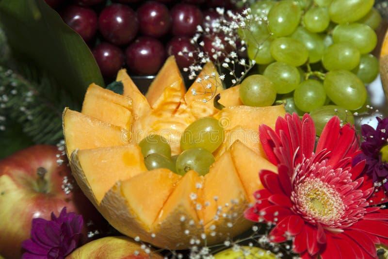 Comida decorada numa mesa festiva imagens de stock royalty free