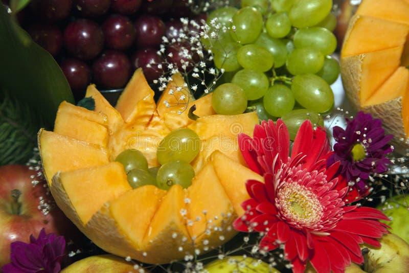 Comida decorada numa mesa festiva imagem de stock royalty free