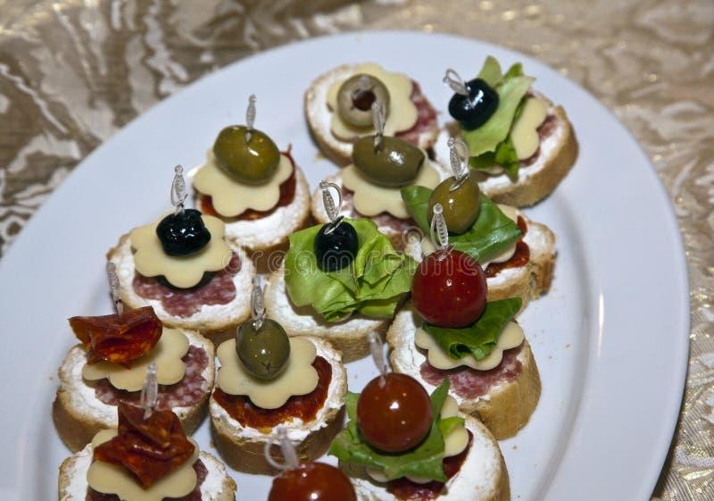 Comida decorada numa mesa festiva foto de stock royalty free