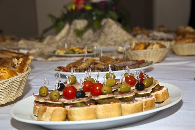 Comida decorada numa mesa festiva fotografia de stock royalty free