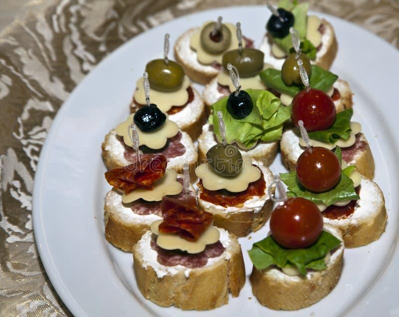 Comida decorada numa mesa festiva imagem de stock