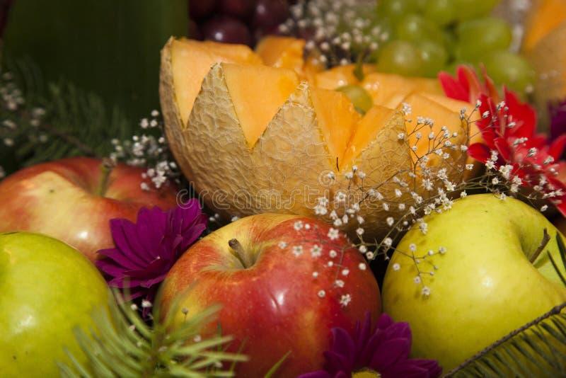 Comida decorada numa mesa festiva fotografia de stock