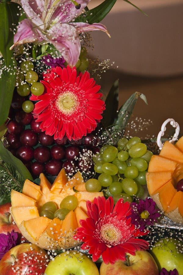 Comida decorada numa mesa festiva fotos de stock royalty free