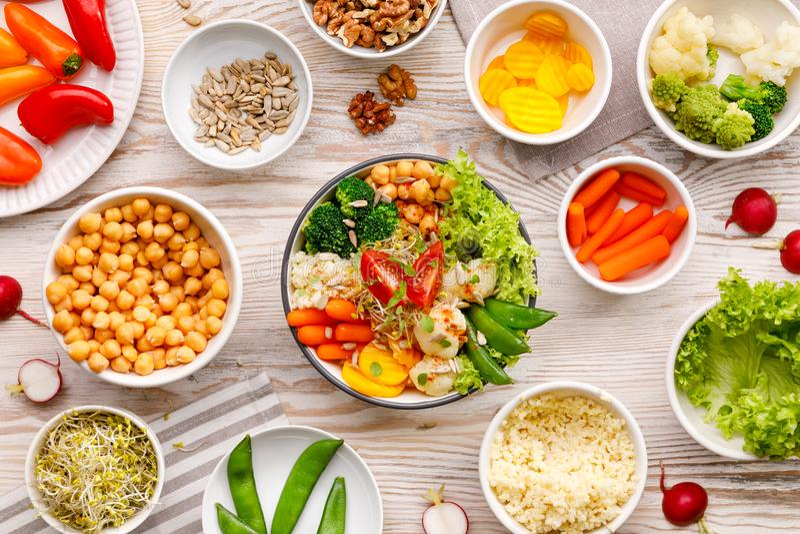Comida del cuenco de Buda, sana y equilibrada del vegano, ensalada fresca con una variedad de verduras, concepto sano de la consu imagenes de archivo