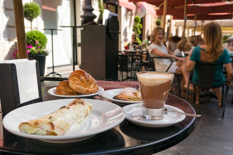 Comida del desayuno con el café y los cruasanes servidos en el restaurante al aire libre en Italia fotos de archivo