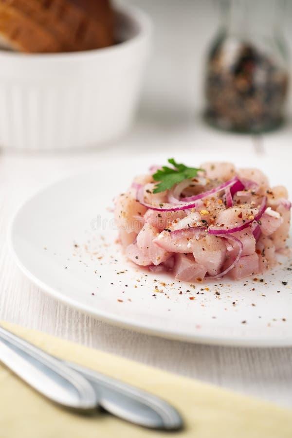 Comida del plato de pescados crudos con el pescado blanco en una superficie ligera plato nacional de la gente septentrional fotos de archivo
