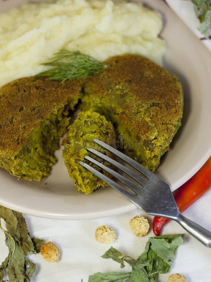 Comida del vegano - lenteja del filete y puré de la coliflor fotos de archivo libres de regalías