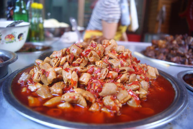 Comida deliciosa de China: pimiento picante tajado intestino frito del cerdo imagenes de archivo