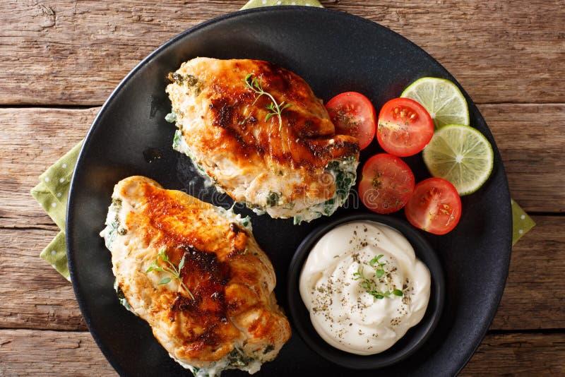 Comida deliciosa: Prendedero cocido del pollo relleno con queso y spi foto de archivo