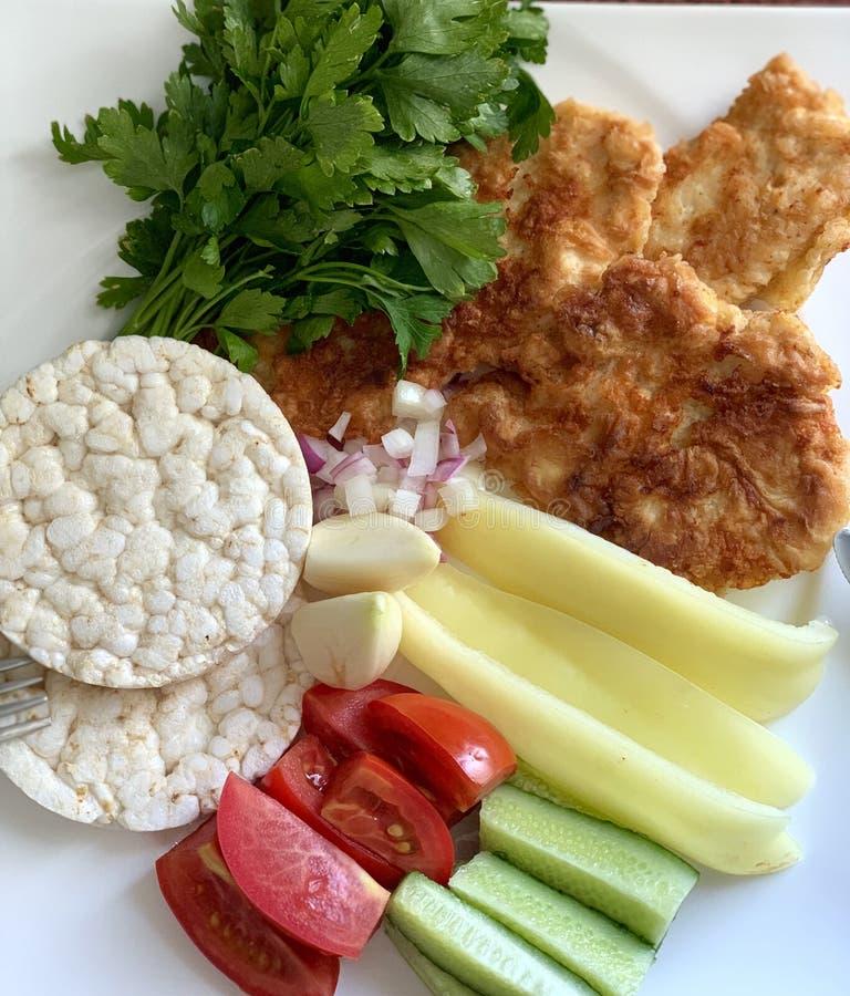 Comida derecha, dieta Verduras con la carne, los verdes y las tortas de arroz imagen de archivo