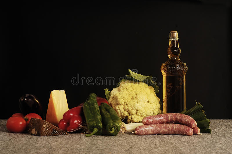 Comida, diversa comida en un fondo negro imagen de archivo