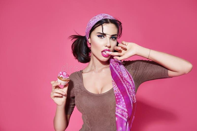 Comida dulce de la dieta del maquillaje de la torta de la mujer hermosa atractiva imágenes de archivo libres de regalías