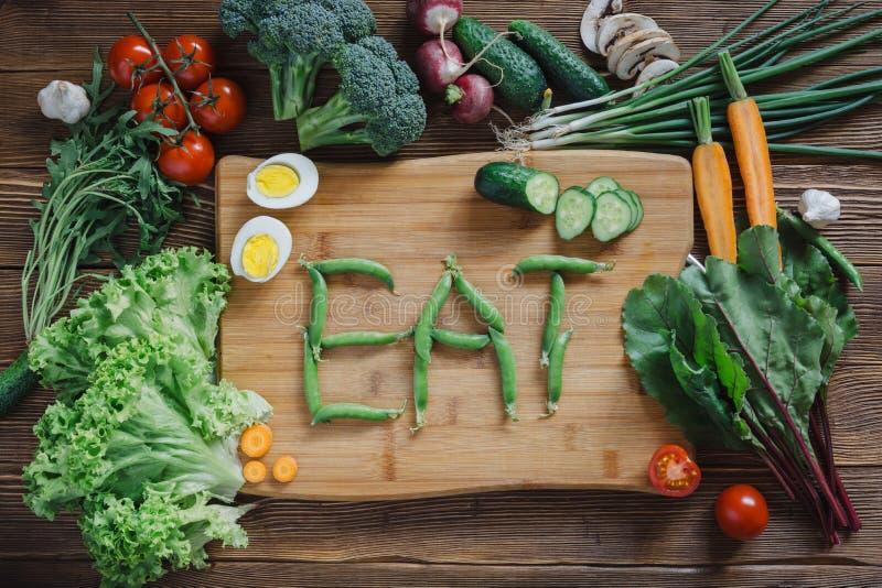 Comida e ingredientes sanos en fondo de madera rústico imagen de archivo libre de regalías