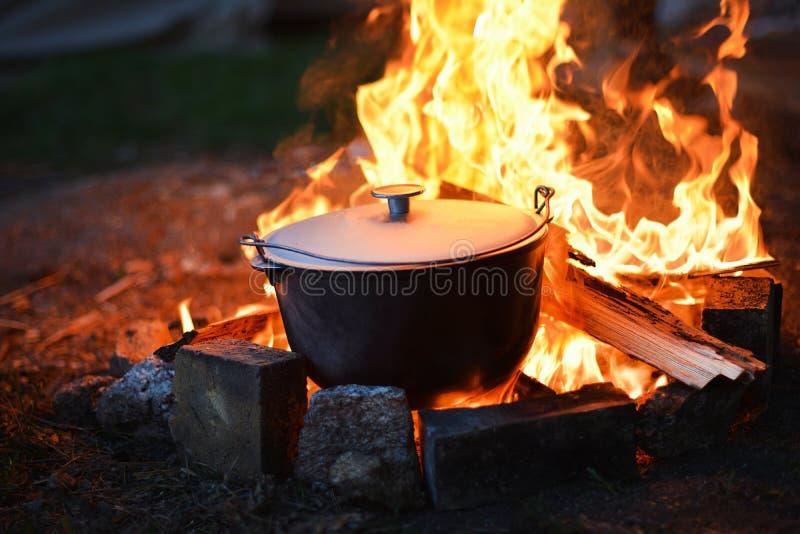 Comida en el bosque en el fuego, el acampar sano foto de archivo libre de regalías