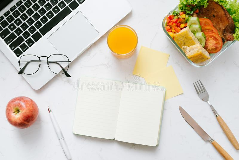 Comida en la oficina Almuerzo sano para el trabajo fotos de archivo