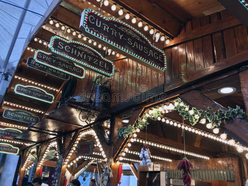 Comida en los mercados de la Navidad imagen de archivo libre de regalías