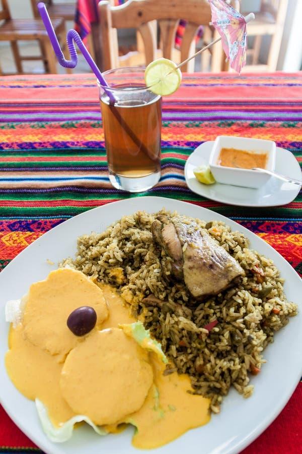 Comida en restaurante peruano Arroz con un pollo Patatas con una salsa Aji de Gallin fotografía de archivo