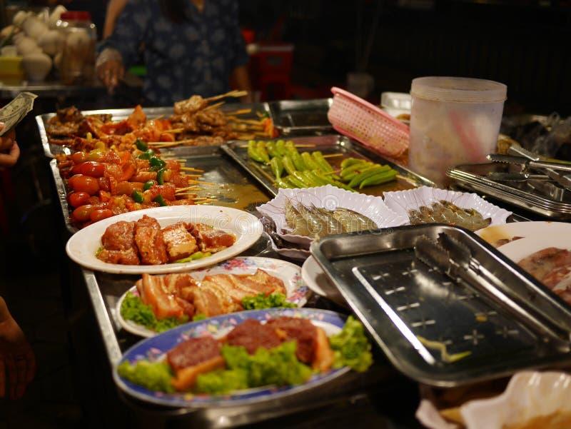 Comida en un mercado asiático de la noche imagen de archivo