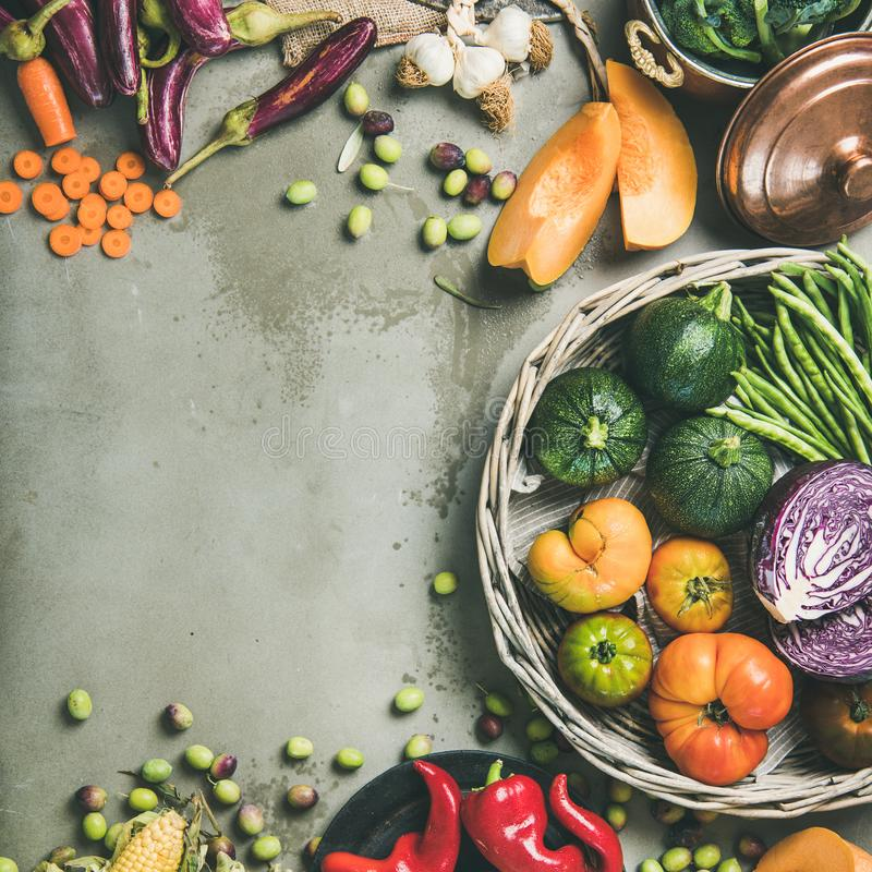 Comida estacional vegetariana sana de la caída que cocina el fondo, cosecha cuadrada fotografía de archivo