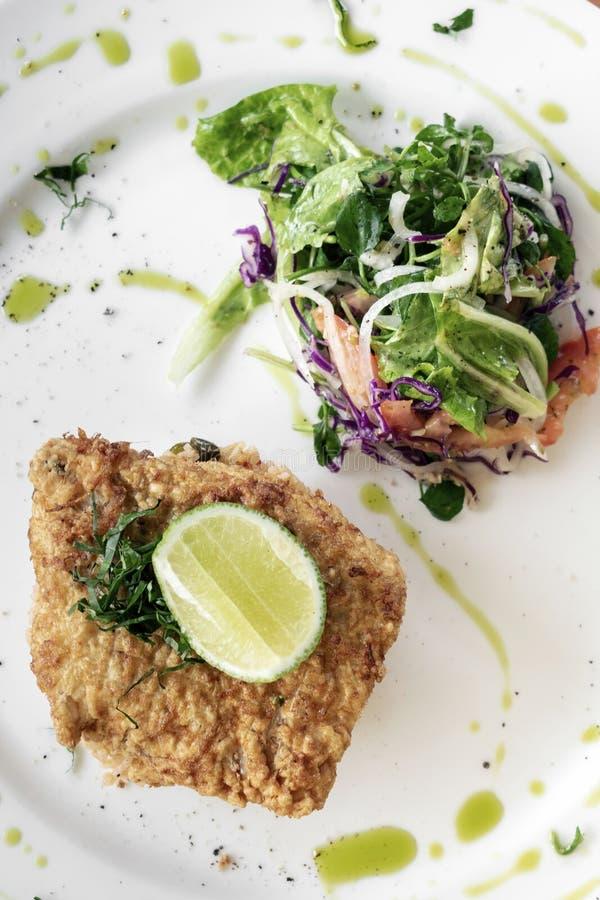 Comida estropeada frita fresca del almuerzo de luz del verano del prendedero de pescados de bacalao imagen de archivo libre de regalías