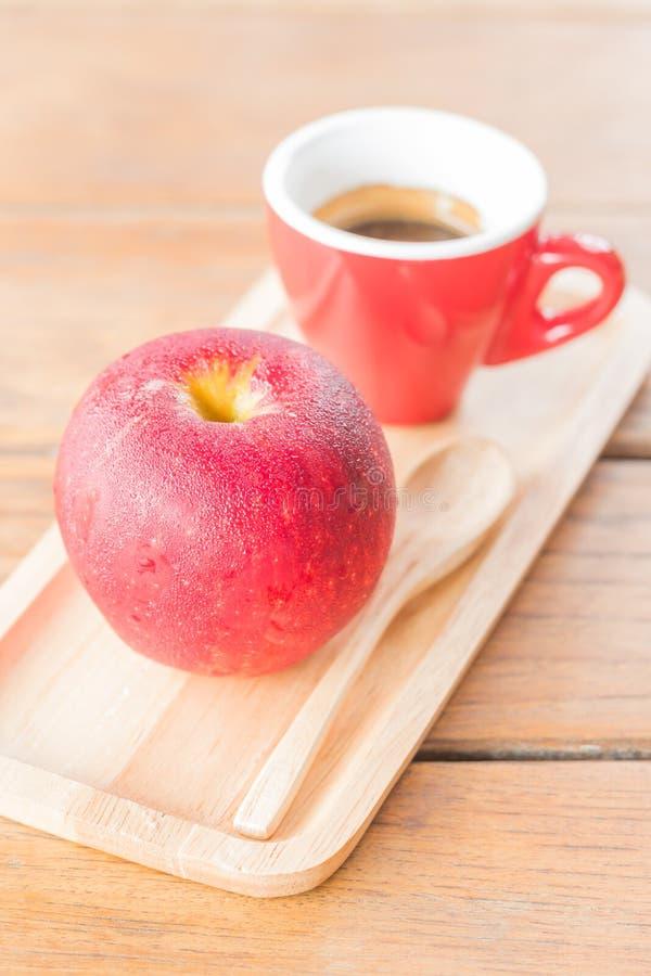 Comida fácil con la manzana y el café rojos foto de archivo