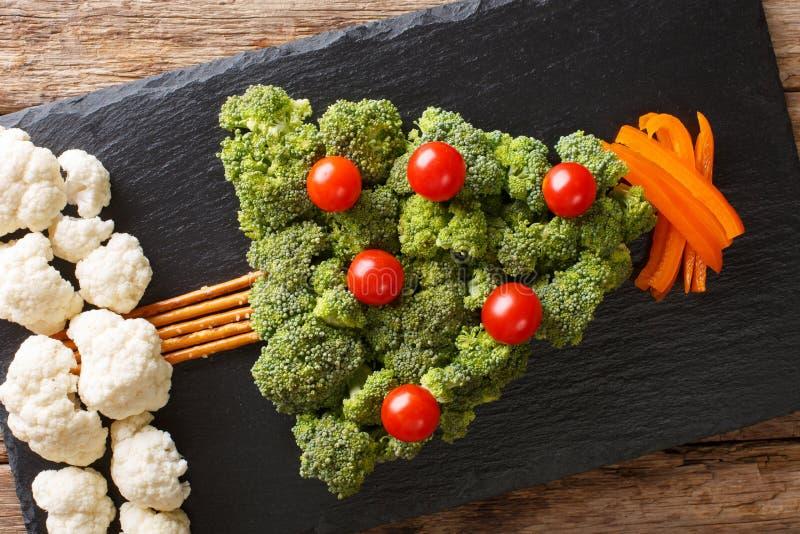 Comida festiva: un árbol de navidad sano del bróculi fresco, caulif imagen de archivo libre de regalías