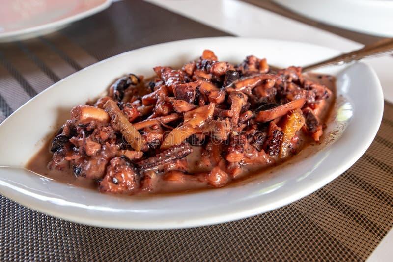 Comida filipina tradicional - Adobo de Pusit foto de archivo